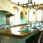 Бирюзовая плитка в рабочей зоне кухни
