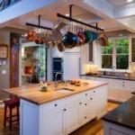 Подвеска для сковородок на потолке кухни