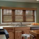 Деревянные жалюзи на окне кухни