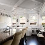 Черный пол на кухне с диваном