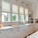 Римские шторы на узких окнах кухни