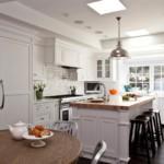 Белая мебель на кухне с темным полом