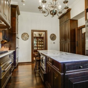 Темная мебель в двухрядной кухне