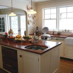 Освещение кухни потолочными светильниками