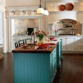 П-образная кухня с островом из дерева
