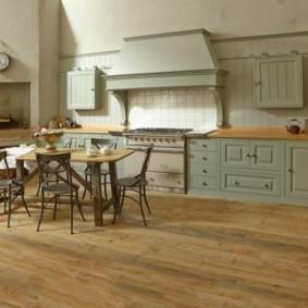 Паркетная доска на полу просторной кухни