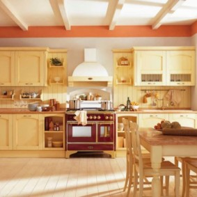Балки на потолке кухни в частном доме