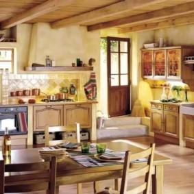 Деревянный потолок кухни в английском доме