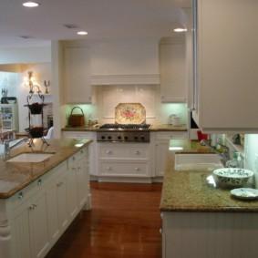 Подсветка рабочих поверхностей классической кухни