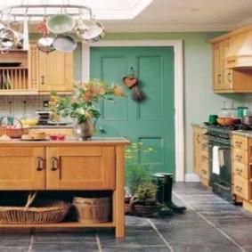 Зеленая дверь из дерева в кухне загородного дома