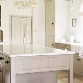 Белая кухня с классической мебелью