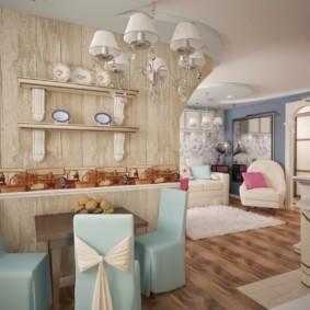 Полочки под декоративные тарелки на стене кухни