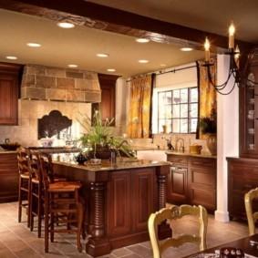 Лампочки в форме свечей на люстре в кухне
