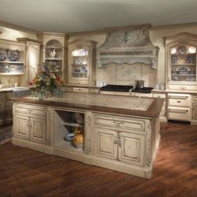 Классическая мебель для кухни в частном доме