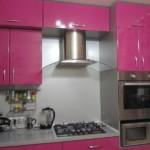 Малиновые фасады кухонной мебели