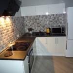 Двухкамерный холодильник в кухне с Г-образным гарнитуром
