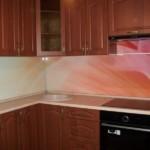 Стеклянный фартук в угловой кухне