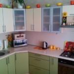 Разноцветные чашки на верхних шкафчиках гарнитура