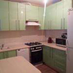 Светло-зеленые дверцы кухонного гарнитура