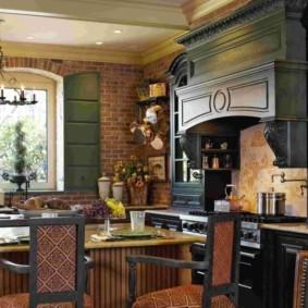 Кухня с каминной вытяжкой в стиле английского кантри
