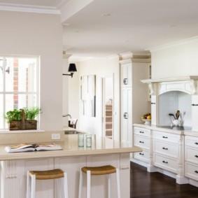 Белоснежная кухня в загородном доме