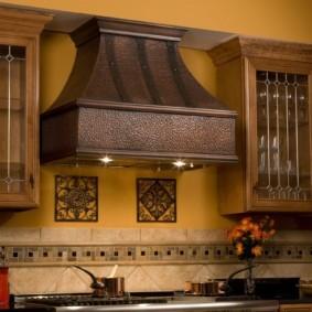 Металлическая вытяжка для кухни в деревенском стиле