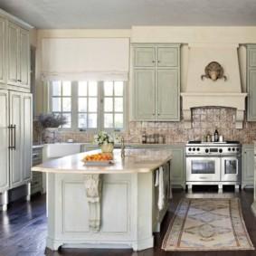 Короткая занавеска на кухонном окне