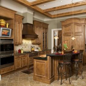Керамический пол кухни с деревянной мебелью