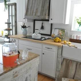 Деревянная облицовка на кухонной вытяжке
