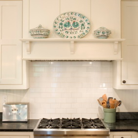 Полочка для декораций на портале кухонной вытяжки