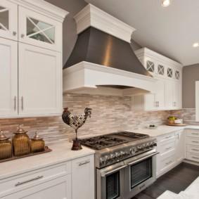 Широкая вытяжка на кухне с двумя плитами