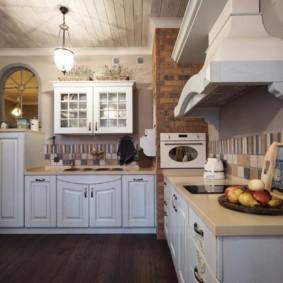 Угловая кухня с купольной вытяжкой