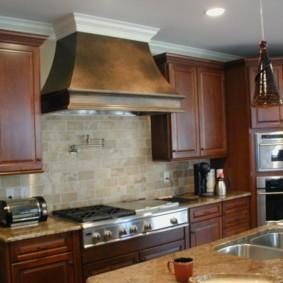 Кухонная мебель с коричневыми фасадами