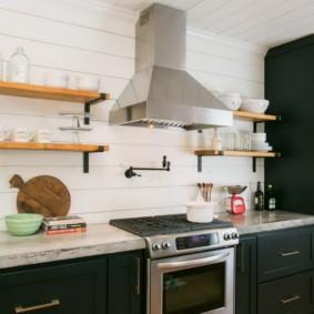 Открытая вытяжка на кухне без навесных шкафов