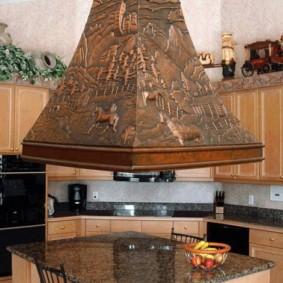 Чеканка на поверхности кухонной вытяжки