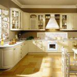 керамический пол в угловой кухне