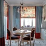 Двухцветные шторы в интерьере кухни