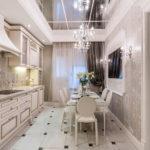 Узкая кухня с зеркальным потолком