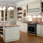 Черная плита в светлой кухне