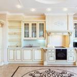 Керамический пол просторной кухни
