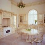 Дизайн кухни с арочным окном