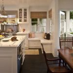 Темно-коричневый пол в кухне частного дома