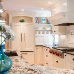 Освещение классической кухни с белой мебелью