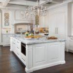 Белый кухонный остров с каменной столешницей