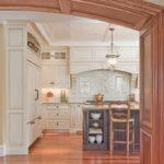 отделка арки на кухне натуральным деревом