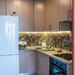 Угловая кухня небольшого размера с холодильником