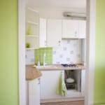 Открытая дверь в маленькую кухню