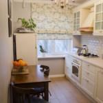 Римская штора на окне в узкой кухне