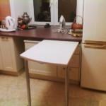 Выдвижной столик в кухне с холодильником