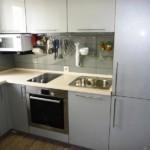 Линейный гарнитур со встроенным холодильником